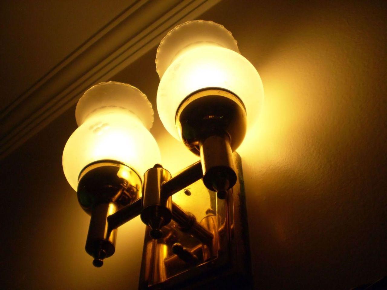 Drewno, metal a może tworzywo sztuczne – ciekawe wykończenia lamp