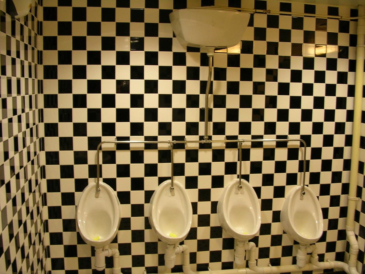 Jak urządzić długą wąską łazienkę?