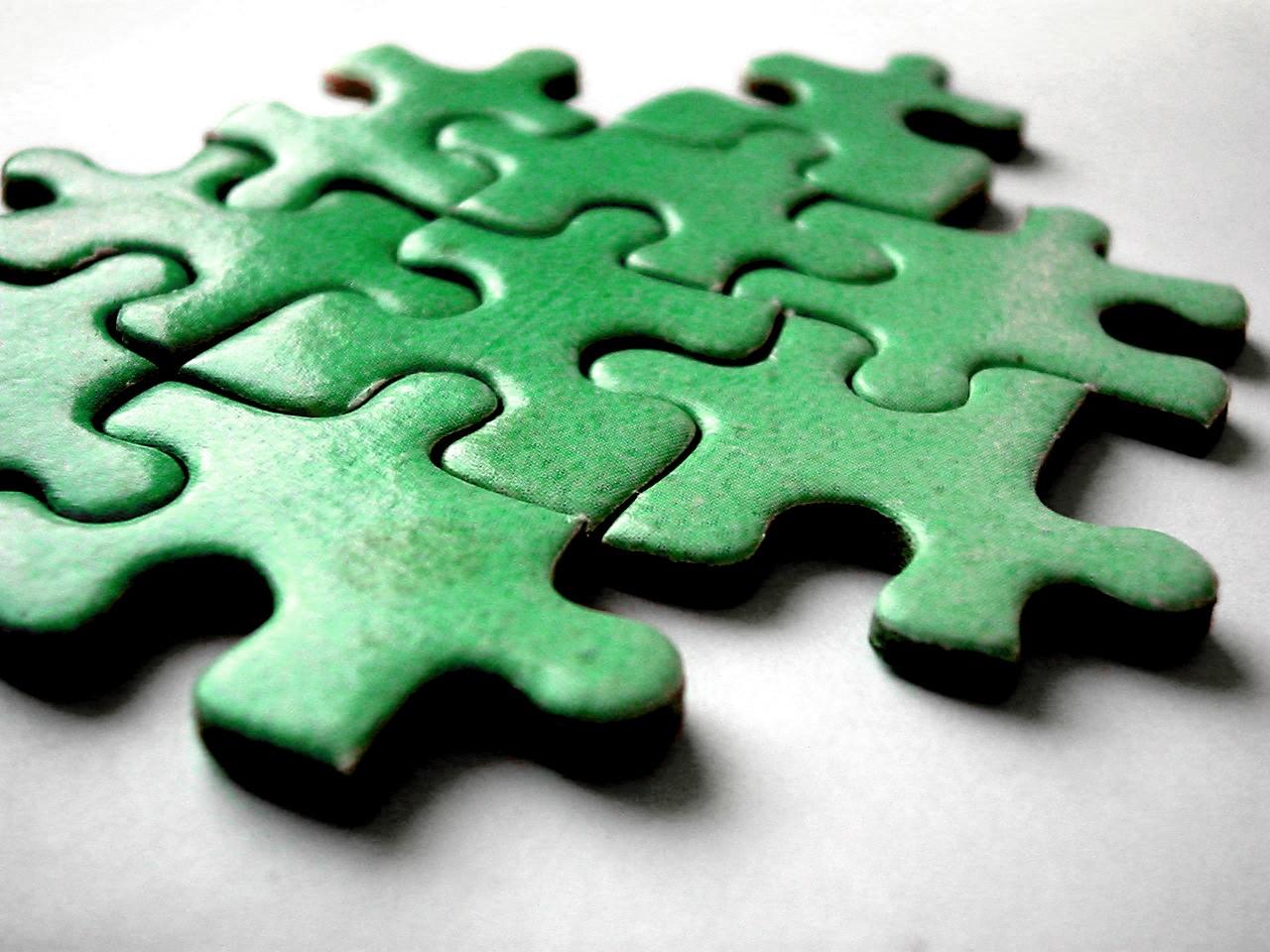 Puzzle i układanki drewniane – niezastąpione zabawki edukacyjne